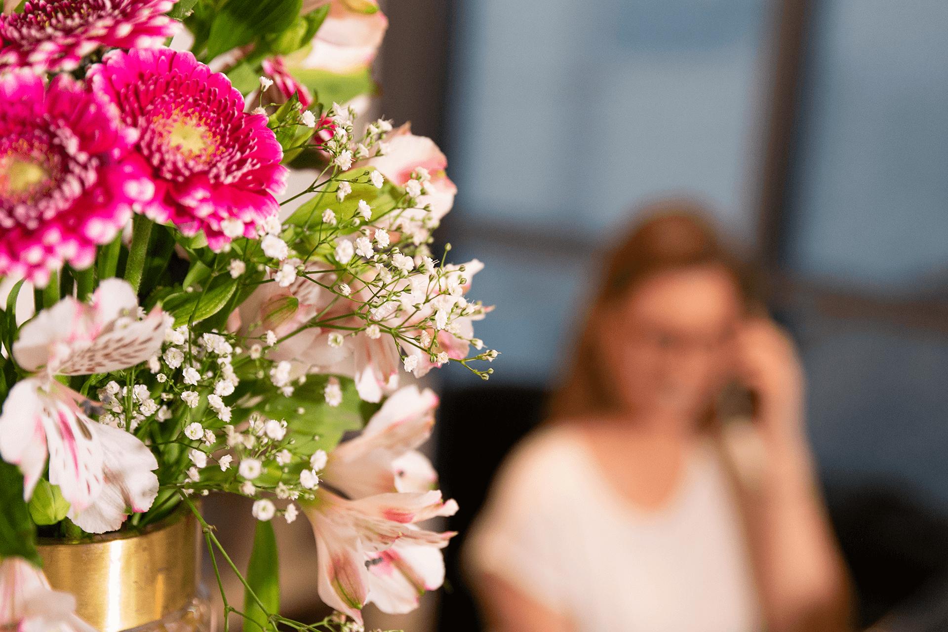 Gesundheitsmanufaktur Hafencity Hamburg Blumen Praxis Empfang